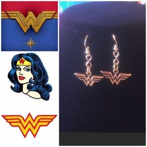 NWT TRADE MARK DC COMICS WONDER WOMAN EARRINGS